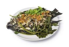 Thailändsk mat och att ånga Tilapiafisken och strimmigt griskött häller med rött Royaltyfri Fotografi
