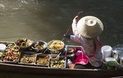 Thailändsk mat och kvinna i hennes fartyg på en sväva marknad Thailand Fotografering för Bildbyråer