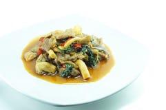Thailändsk mat på den vita maträtten Arkivbild