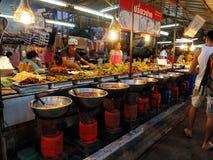 Thailändsk mat på nattmarknaden i Pattaya, Thailand arkivbild