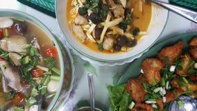Thailändsk mat på tabellen för den asiatiska kokkonsten Arkivbild