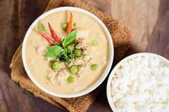 Thailändsk mat, röd curry med griskött och lagade mat ris Royaltyfria Bilder