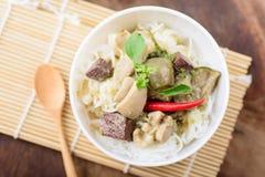 Thailändsk mat, risnudlar med grön curry blir rädd Royaltyfri Bild