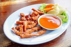 Thailändsk mat, solig småfisk för enkelt griskött satte vit sesam på trätabellen arkivbild