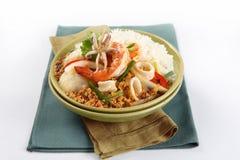 Thailändsk mat, stekt under omrörning curry med skaldjur arkivfoton