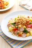 Thailändsk mat stekte ris med skinka och ananas Royaltyfri Bild