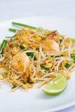 Thailändsk mat stekte under omrörning nudlar med räka Arkivbilder