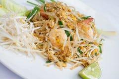 Thailändsk mat stekte under omrörning nudlar med räka Fotografering för Bildbyråer