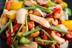 Thailändsk mat, stir aktiverade höna med cashewmuttrar Arkivfoton