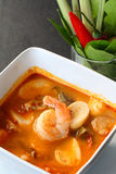 Thailändsk mat - Tom Yum Kung. Royaltyfria Foton