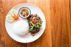 Thailändsk mat, uppståndelse stekte griskött med basilika som äter med ris royaltyfri fotografi