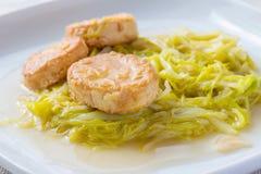 Thailändsk mat; vita tofuFried Garlic gräslökar Arkivfoton