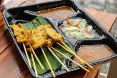 Thailändsk maträtt från att sväva marknaden: Griskött Satay Royaltyfri Foto