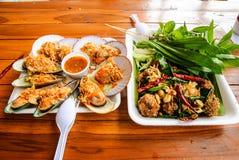 Thailändsk maträtt från Klongladmayom som svävar marknaden Arkivbilder