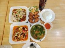 Thailändsk matuppsättning i en restaurang arkivbild