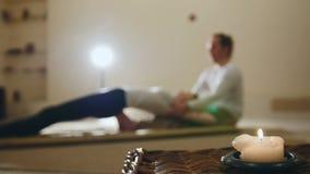 Thailändsk medicinsk massage - traditionell terapi för rygg - inverkan på mest suddiga skarvar och organ - Royaltyfri Foto