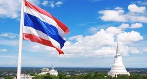 Thailändsk nationell flagga med tempelet Arkivfoton