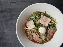 Thailändsk noddle av jumbogrisköttbollen, svinlever, grisköttglidbanan och vegetaen Arkivfoto