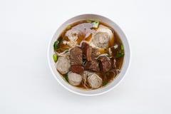 Thailändsk nudel med nötkött och griskött på vit bakgrund Arkivfoton
