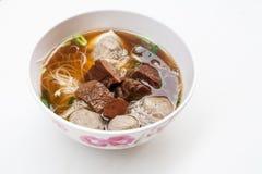 Thailändsk nudel med nötkött och griskött på vit bakgrund Royaltyfria Bilder