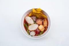 Thailändsk nudel med nötkött och griskött på vit bakgrund Royaltyfri Fotografi