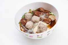 Thailändsk nudel med nötkött och griskött på vit bakgrund Fotografering för Bildbyråer