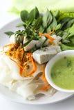 Thailändsk nudelsallad med fisken. Arkivfoto