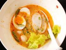 Thailändsk nudelsoppa med det grisköttbollen och ägget Royaltyfri Fotografi