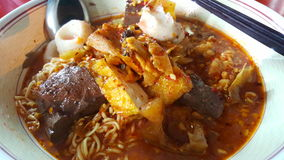 Thailändsk nudelYEN TA FO TOMYUM med fisken och griskött Arkivbild