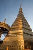 Thailändsk pagod för bred vinkel, Wat Prathat Cho Hae, buddistisk tempel arkivfoto