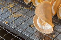 Thailändsk pannkaka på stålgallret arkivbilder