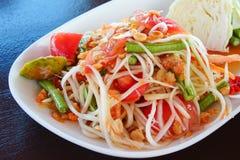 Thailändsk Papayasallad; Varmt och kryddigt blandat med variation av grönsaker Royaltyfri Bild