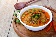 Thailändsk röd curry som stekas med griskött, och kokosnöten mjölkar & x28; panaeng& x29; Arkivfoton