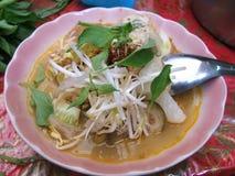 Thailändsk risvermiceller som tjänas som med curry Arkivfoto