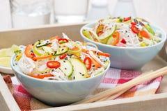 Thailändsk sallad med grönsaker och höna arkivbilder