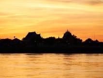 Thailändsk sida Mekong River för flod för strand för afton för tempel`-Wat Thai ` Arkivfoto