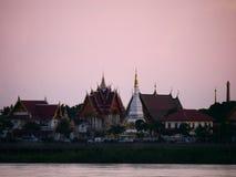 Thailändsk sida Mekong River för flod för strand för afton för tempel`-Wat Thai ` Arkivfoton