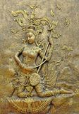 Thailändsk skulptur för infödd kultur på tempelväggen arkivbilder