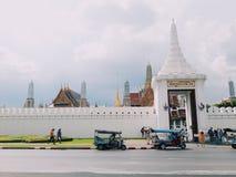 Thailändsk slott- och tuktukbil Arkivbild
