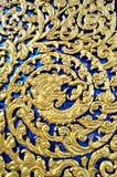 Thailändsk snida guld- nakakonst Arkivbilder