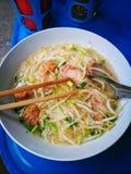 Thailändsk soppa, krydda och smaklig traditionell gatamat, Bangkok royaltyfria foton