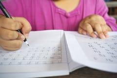Thailändsk-språket kalligrafi, 44 bokstäver, lär thai skriftligt i ett inget Arkivfoto