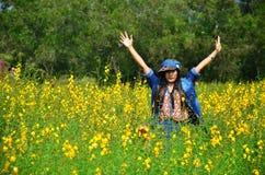 Thailändsk stående för kvinnor på Crotalariajunceafält på bygd Nakornratchasrima Royaltyfria Bilder