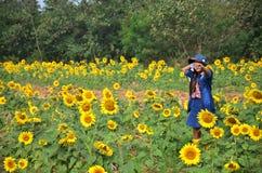 Thailändsk stående för kvinnor på solrosfält på Saraburi Thailand Arkivfoton