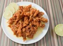 Thailändsk Steet mat Fried Chicken Skins på maträtt Royaltyfri Bild