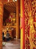 THAILÄNDSK STIL FÖR TRÄDÖRR Arkivbilder