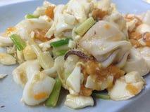 Thailändsk stil stekt tioarmad bläckfisk med det rimmade ägget Royaltyfri Bild