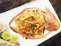 Thailändsk stil stekte nudel`-Phad thailändsk ` med flodräkan, räka, tofuen och grönsaker arkivfoto