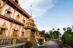 Thailändsk stilarkitektur i chalongtemplet, Phuket, Thailand arkivfoton