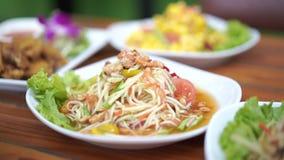 Thailändsk stilPapayasallad med den torkade rimmade räkan arkivfilmer